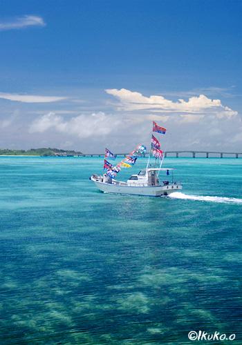 海を走る祭りの舟