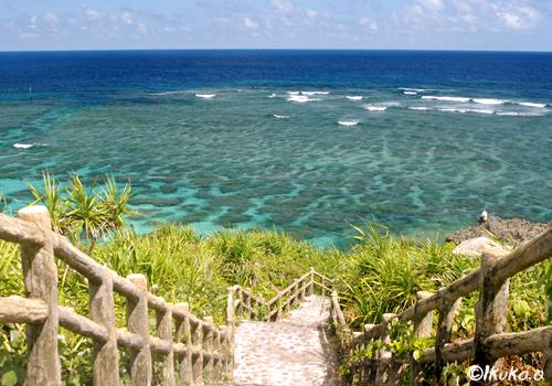 遊歩道の先の珊瑚礁