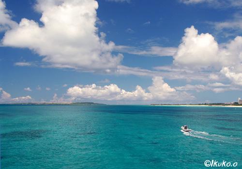 青い海を走る船
