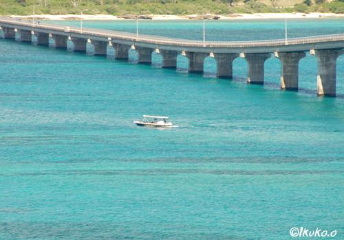来間大橋と船