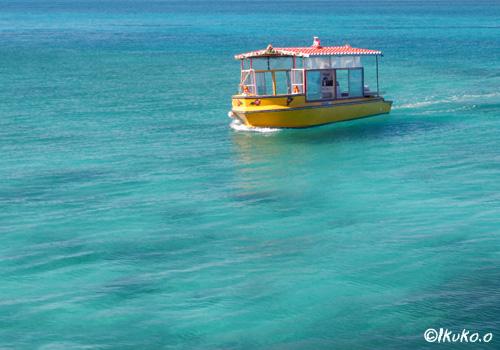 青い海に浮かぶ舟
