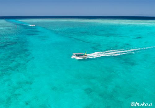 池間の青い海とボート