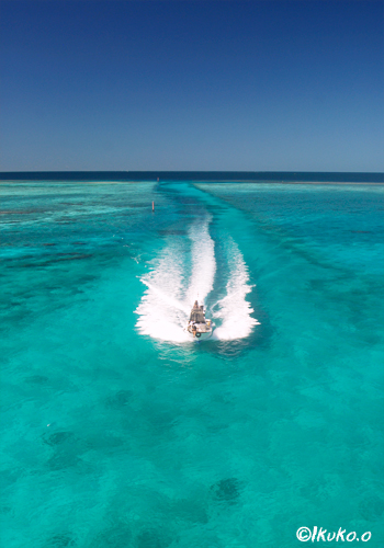 池間の青い海とダイビングボート