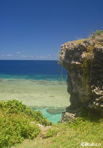 琉球石灰岩の岩と海
