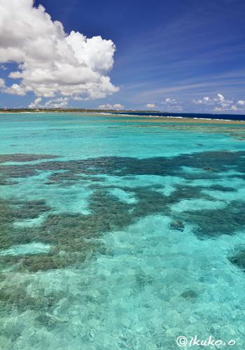 珊瑚礁の海に浮かぶ雲