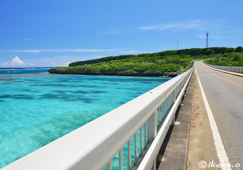 青い海を渡る橋