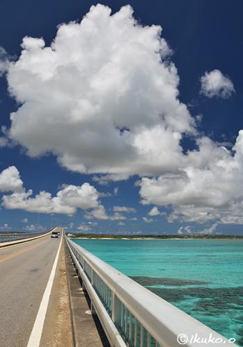 来間大橋の上に浮かぶ雲