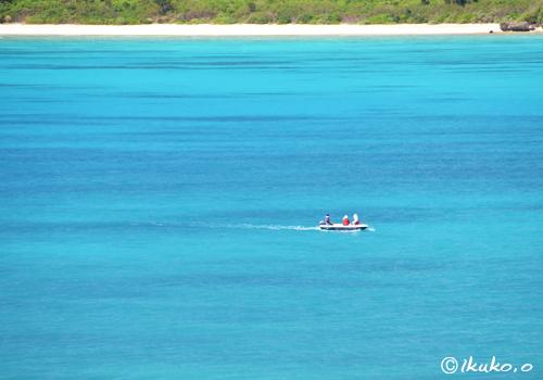 青い海を横切る小さな舟