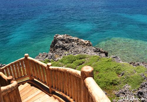 足元に広がる青い海