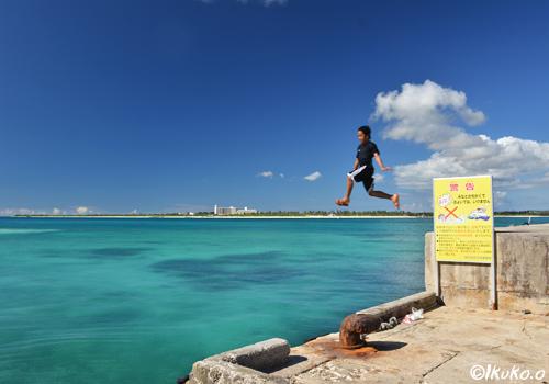 青い海にジャンプ