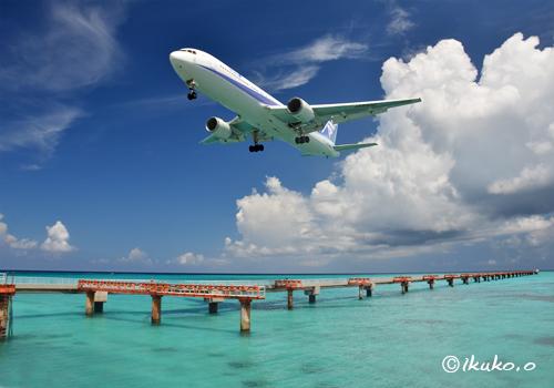 ブルーの海と雲と飛行機