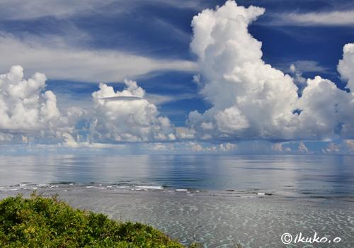 入道雲とべた凪の海