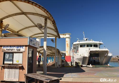 乗船券売り場と桟橋と船