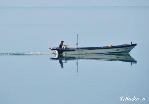 滑るように進む漁船