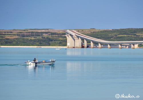 ベタ凪の海を滑る漁船
