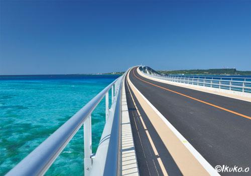 伊良部大橋と青い海