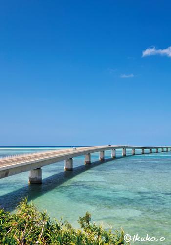 伊良部大橋と珊瑚礁の海