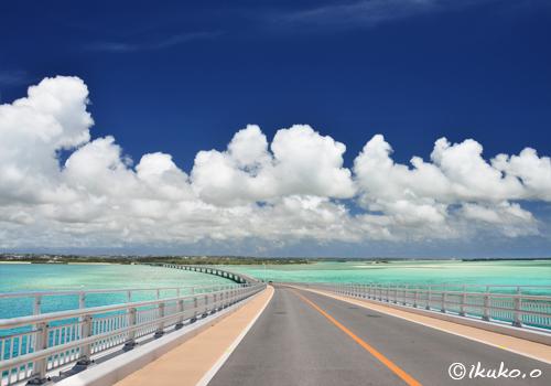 伊良部大橋と雲
