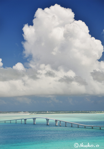 伊良部大橋の上に浮かぶ入道雲