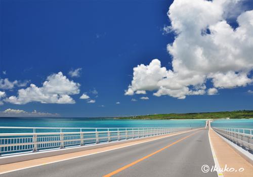 伊良部大橋の上を横切る雲
