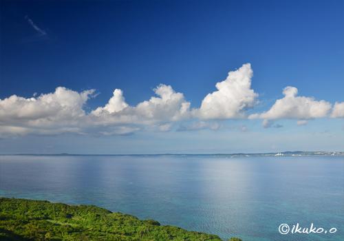 夏雲と鏡のような海