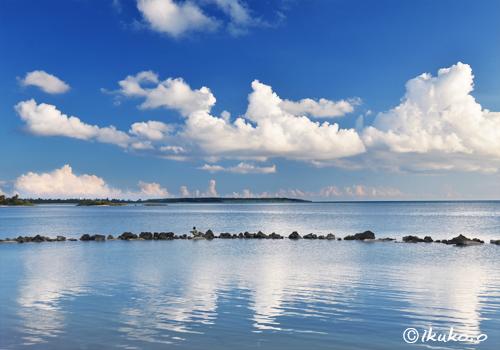 鏡のような海に映る雲