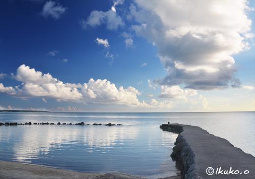 古い漁港とベタ凪ぎの海