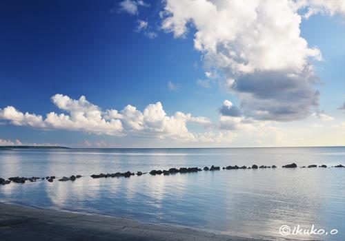 夏雲とベタ凪ぎの海