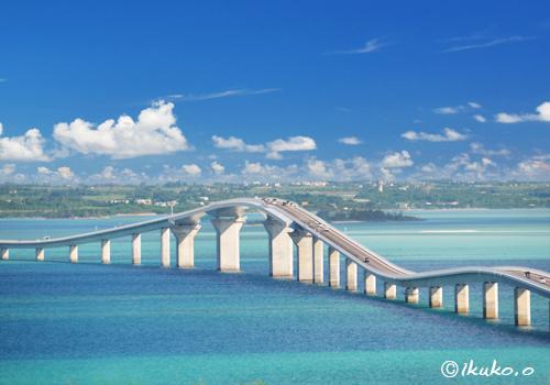 エメラルドの海を渡る橋