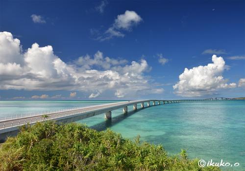 伊良部大橋と海と雲