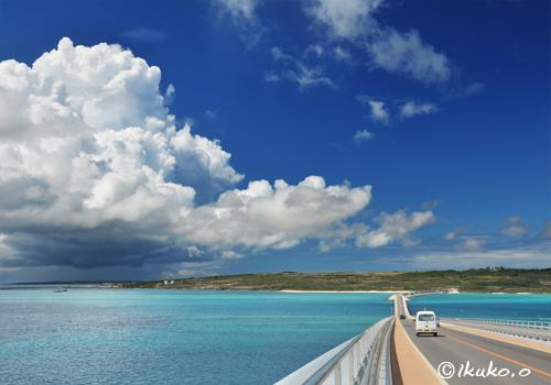 伊良部大橋と入道雲