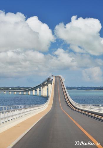 伊良部大橋の上に浮かぶ雲