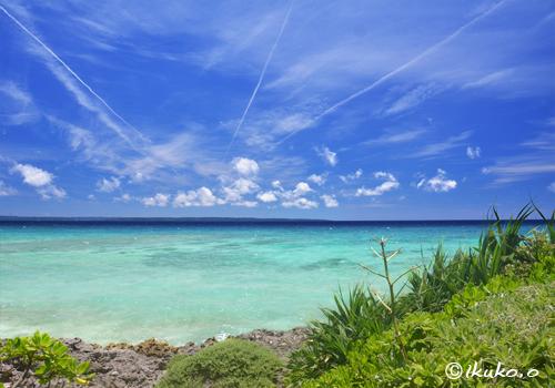 飛行機雲とエメラルドの海