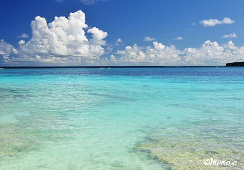 来間島の青い海と雲