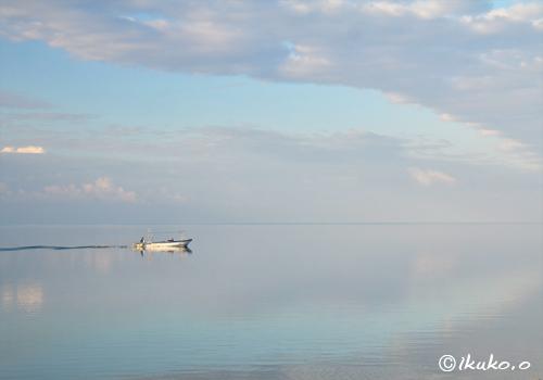 鏡のような早朝の海