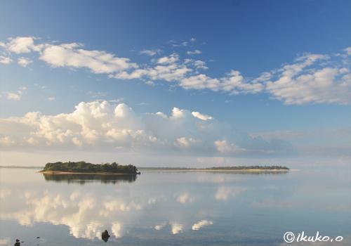 鏡のような海面に映る雲