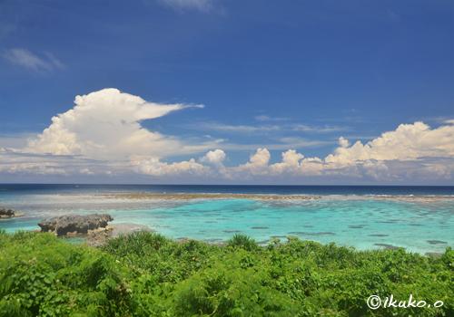 入道雲と青い海