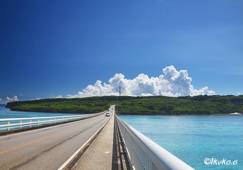入道雲に向かってのびる来間大橋