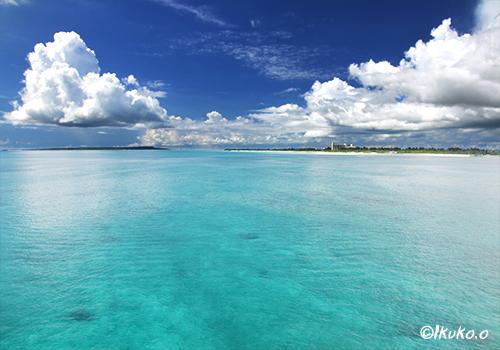 鏡のような青い海と雲