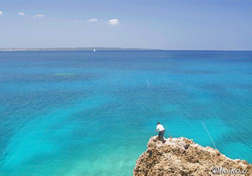 青い海と釣り人
