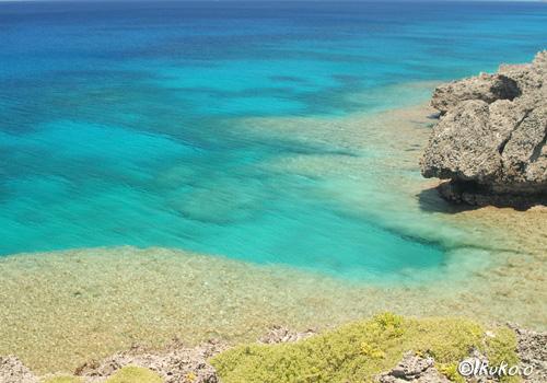 透明なブルーの海