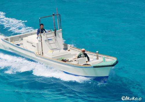 漁港へ向かう漁船