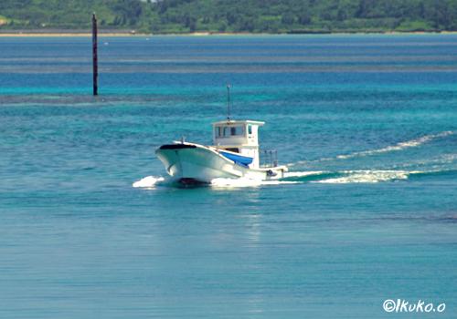 漁港に入る船