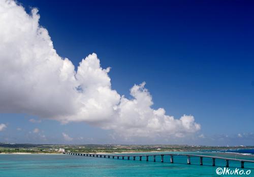 来間大橋と雲