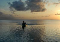 静かな海の夕暮れ