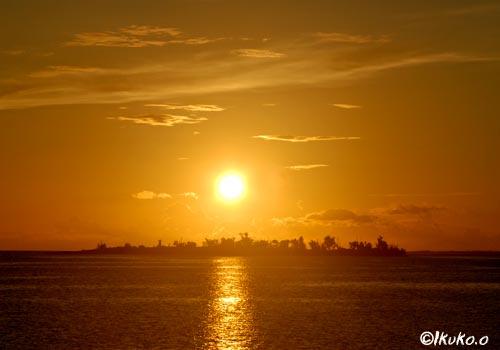 パナリの向こうに沈む夕陽