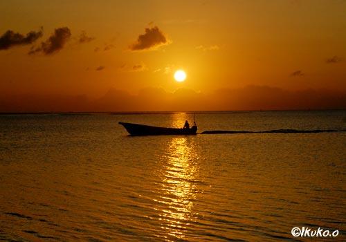 夕陽とサバニ