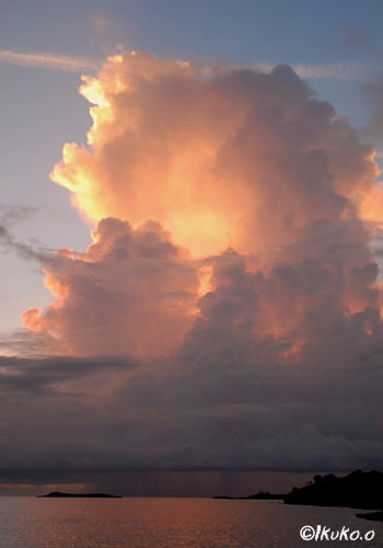 そびえたつ夕暮れの入道雲
