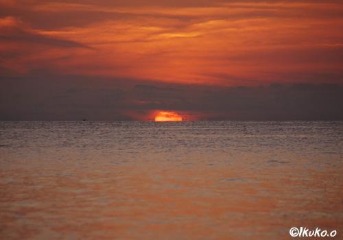 水平線に落ちる太陽