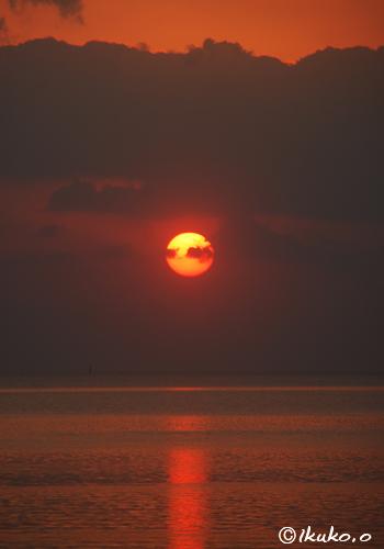 赤く燃える太陽